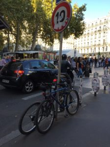 Stationnement inapproprié en ville.