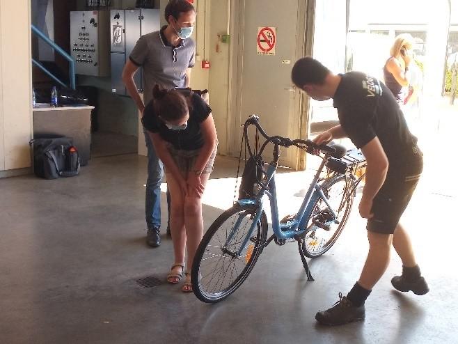 Mécanicien réglant un vélo pour son usager